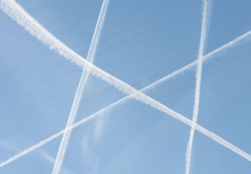 Flugzeugspuren im Himmel stockbild