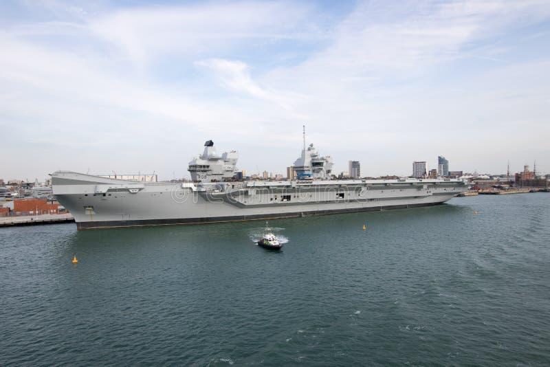 Flugzeugträger im Hafen stockfoto
