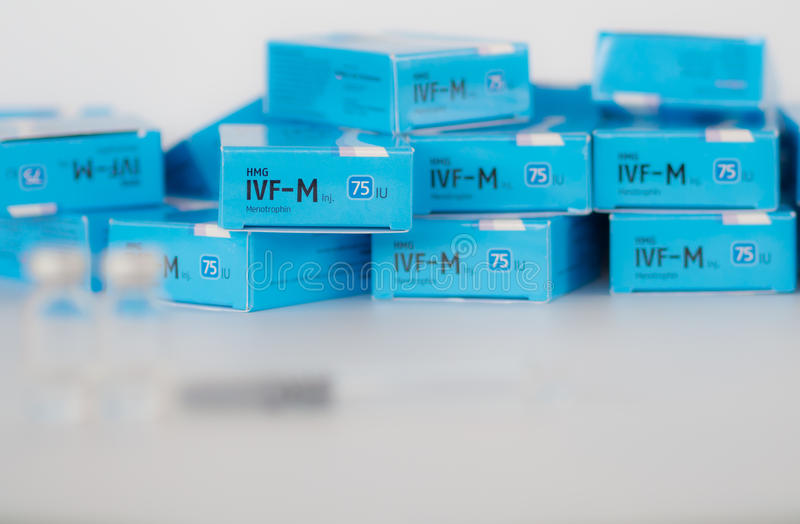 Fluide intraveineux et x28 ; IVF-M& x29 ; , est le gonadotrophin ménopausique humain photos stock