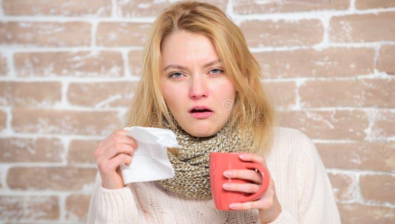 Fluide potable d'abondance important pour assurer le prompt rétablissement du froid Tasse et tissu de thé de prise de fille Écoul photo stock