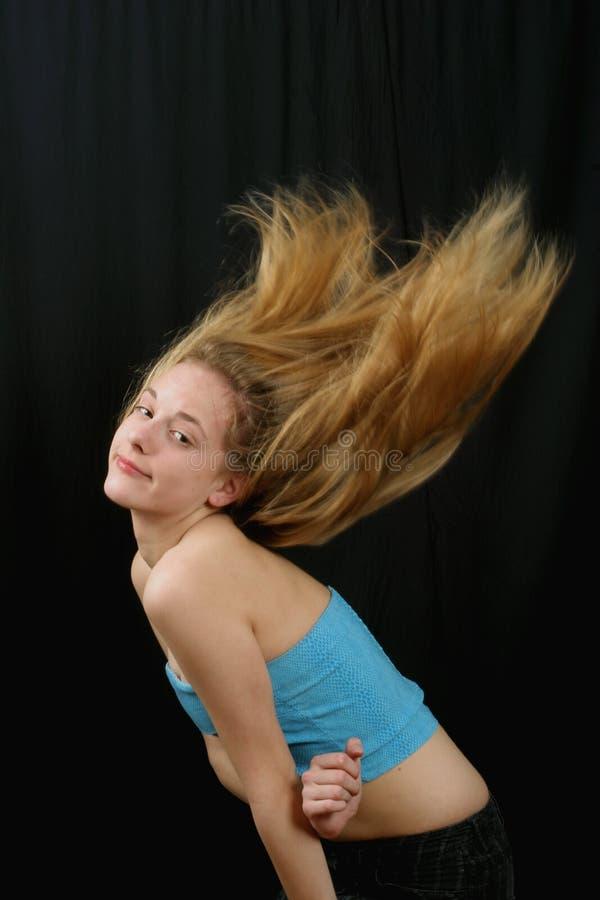 fluing детеныши волос девушки стоковое изображение rf