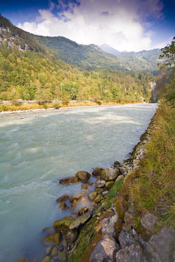 Fluir el río que se ejecuta en valle de la montaña imagen de archivo libre de regalías