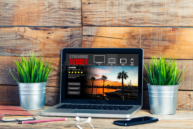 Fluir la serie app en un ordenador portátil Serie televisiva de observación fotografía de archivo libre de regalías