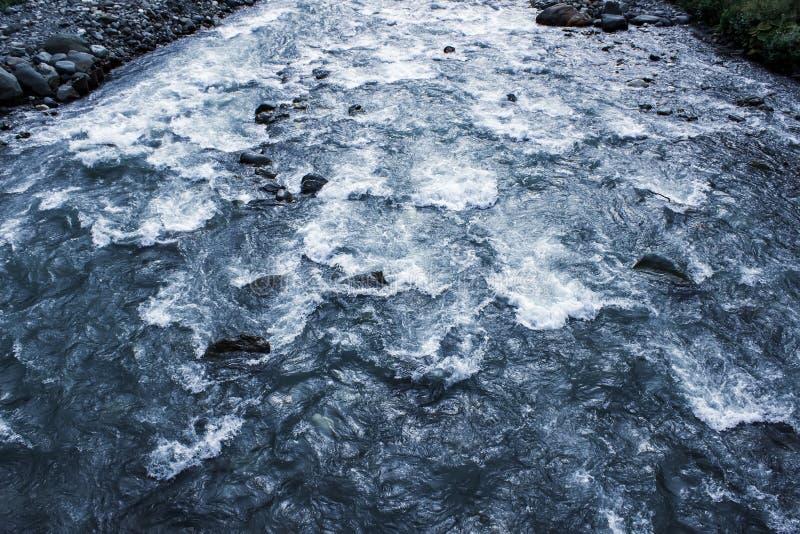 Flujo de agua y de espray de un cierre de piedra para arriba imágenes de archivo libres de regalías