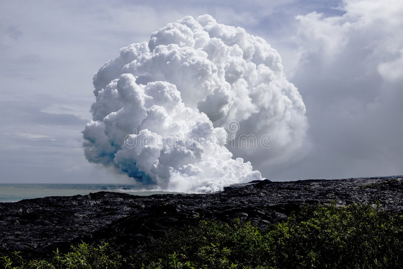 Flujo de lava en el océano fotos de archivo