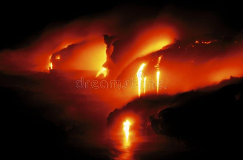 Flujo de lava que brilla intensamente en Hawaii foto de archivo