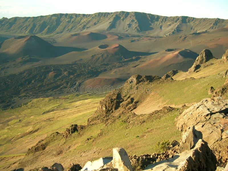 Flujo de lava y cráteres volcánicos fotos de archivo
