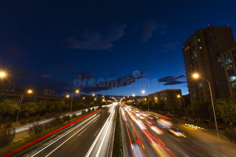 Flujo del coche en la noche imágenes de archivo libres de regalías
