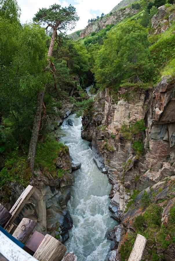 Flujo del río de Gara-Auzusu fotografía de archivo