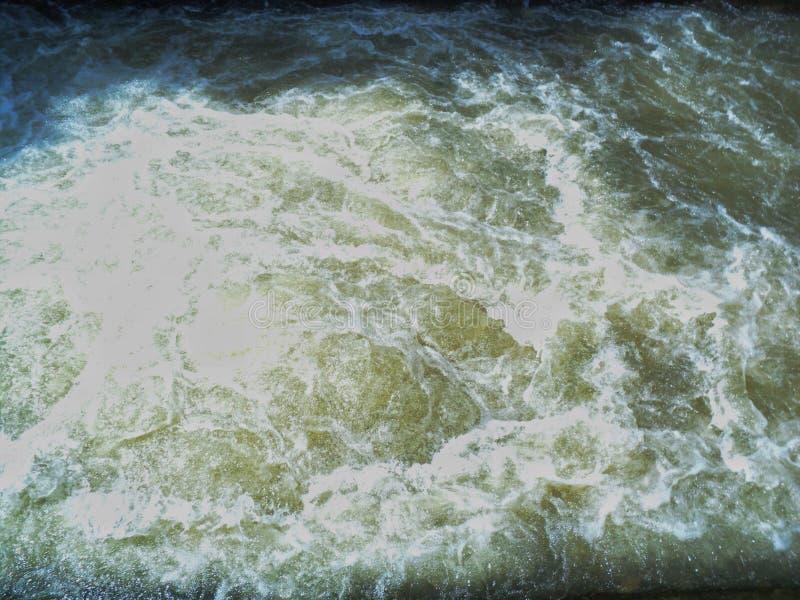 Flujo pesado y rápido de agua de río foto de archivo