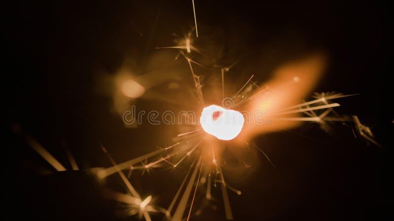 Flujo que brilla intensamente mágico de chispas en la oscuridad imagen de archivo