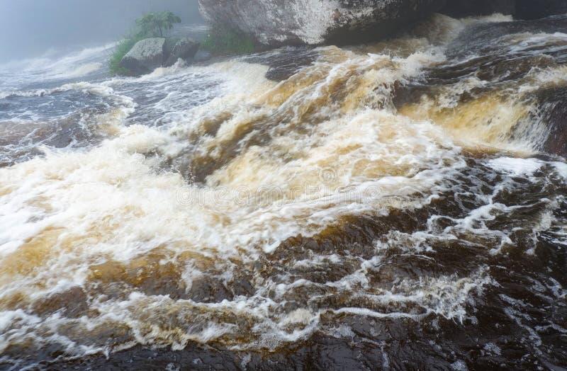 Flujo rápido de las corrientes de agua imágenes de archivo libres de regalías