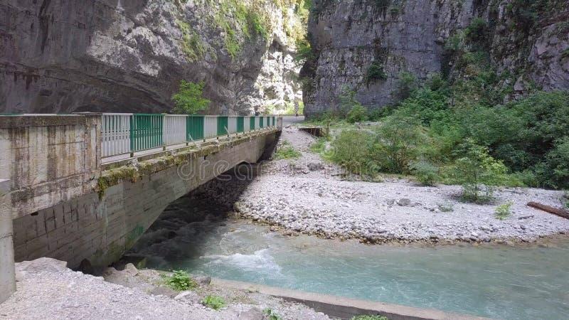Flujo rápido de río de la montaña debajo del puente auto viejo en Abjasia fotografía de archivo libre de regalías