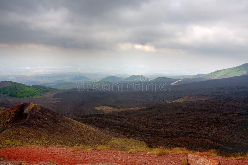 Flujos y cráter de la escoria en el volcán el Etna imagen de archivo libre de regalías