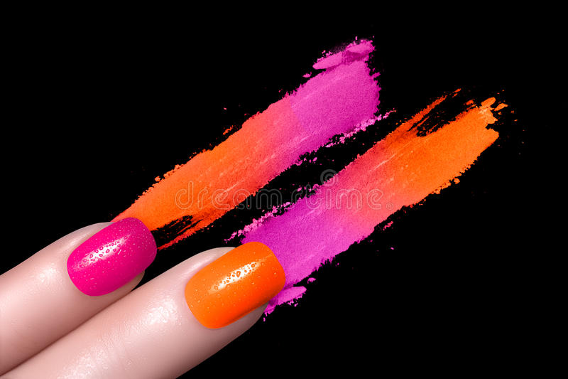 Fluor spikar polermedel och mineralisk färgrik ögonskugga arkivbilder