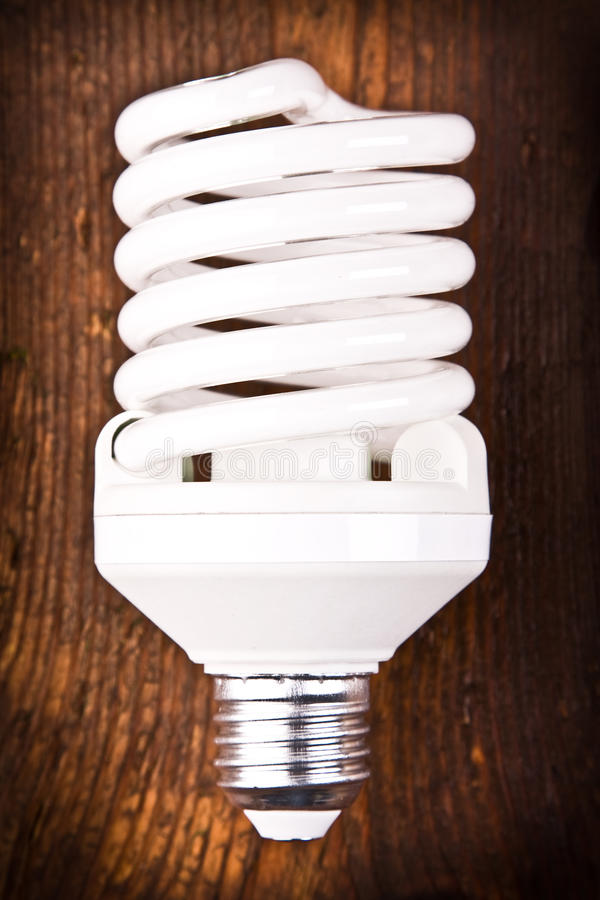 Fluorescente lightbulb op hout stock foto
