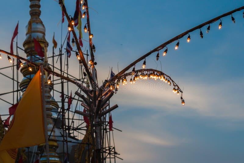 Fluorescerande rör på tempelmässa i natten royaltyfri bild
