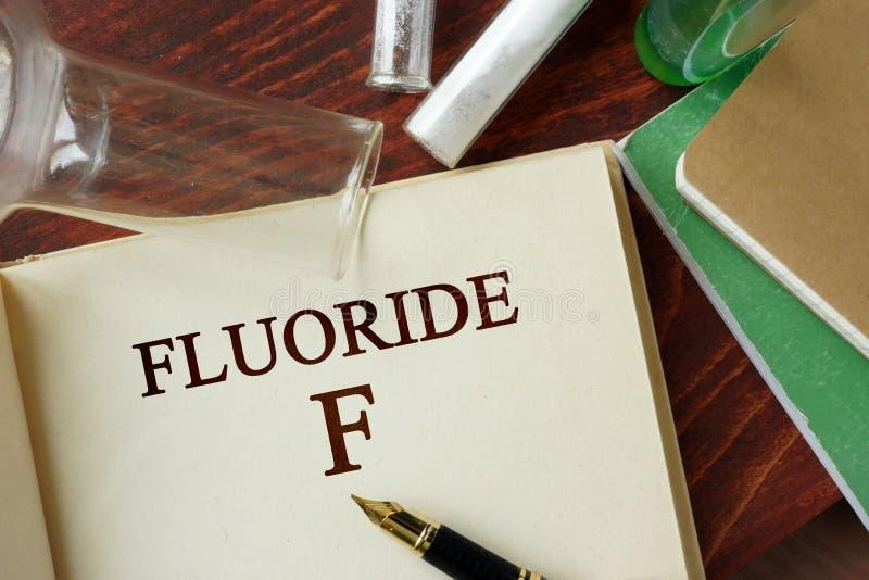 Fluoride op een pagina wordt geschreven die stock afbeeldingen