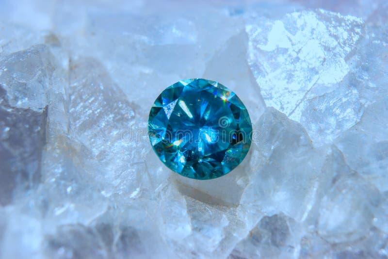 Fluorietkristallen en blauwe diamant - macrofoto stock foto