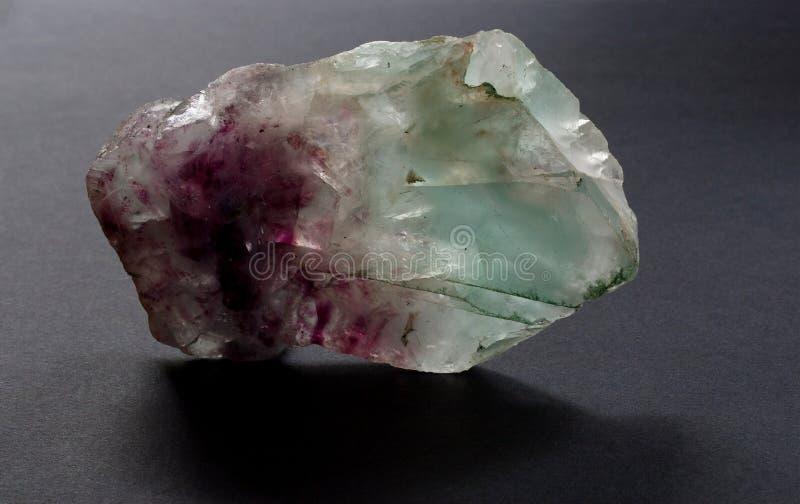 Fluorytu także fluorspar krystaliczna kopalina na czarnym tle zdjęcie royalty free