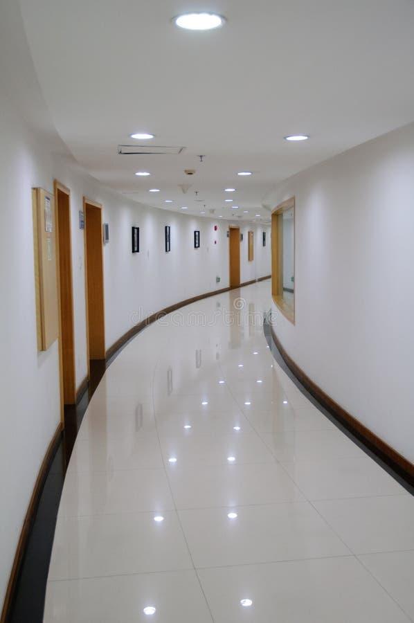 Flur im modernen Gebäude stockbilder