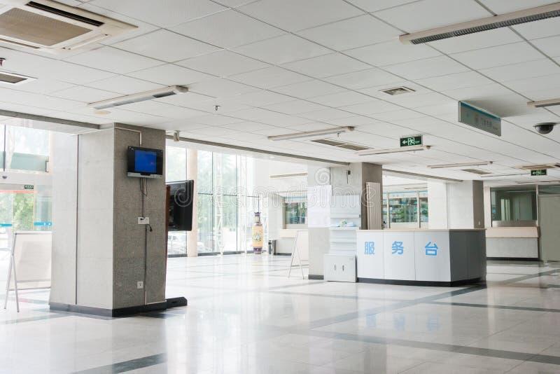 Flurinnenraum innerhalb eines modernen Krankenhauses lizenzfreie stockbilder