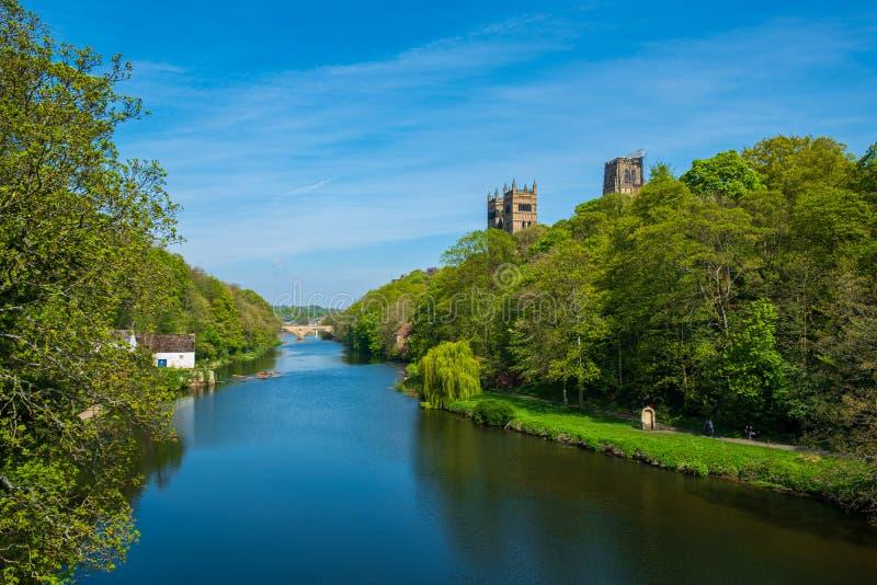 Fluss-Abnutzung und Durham-Kathedrale im Frühjahr in Durham, Vereinigtes Königreich lizenzfreie stockfotos