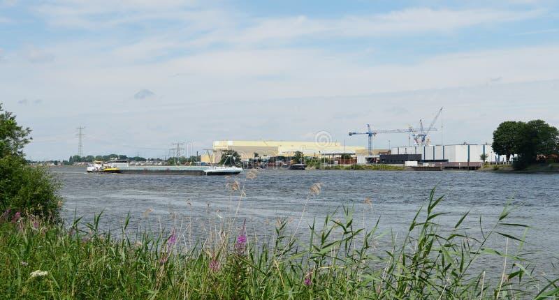 Fluss Beneden Merwede in den Niederlanden lizenzfreies stockbild
