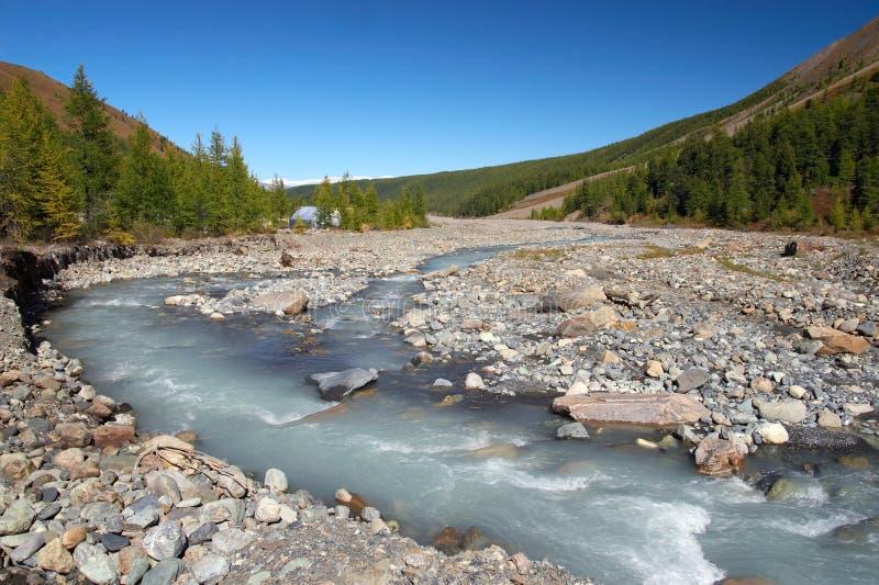 Fluss, Berge und Holz. stockfotos