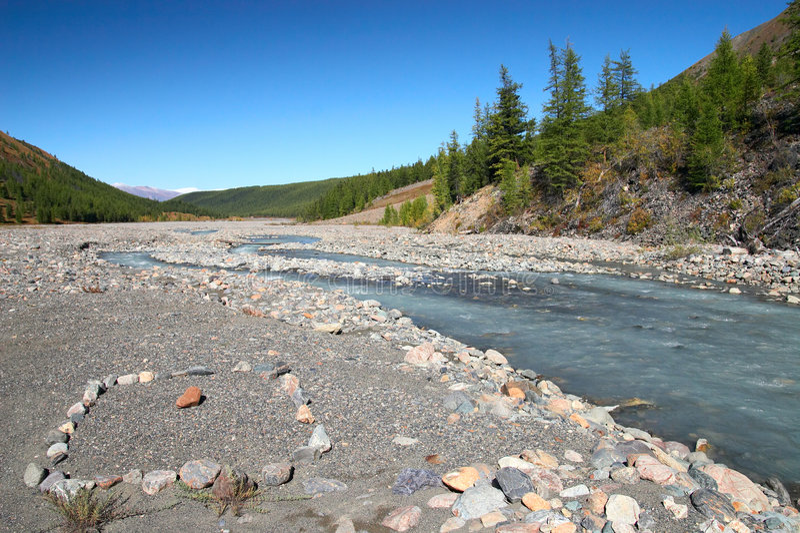 Fluss, Berge und Holz. stockfotografie