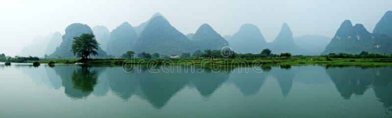 Fluss, Berge und Schatten lizenzfreies stockbild