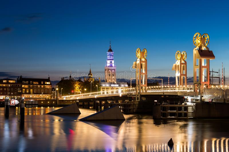 Fluss-Brücke in der historischen Stadt von Kampen, Overijssel, Nethe stockbild