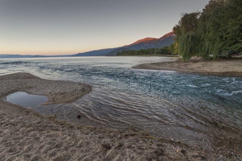 Fluss Crni Drim fließt in See Ohrid, Mazedonien lizenzfreie stockfotografie