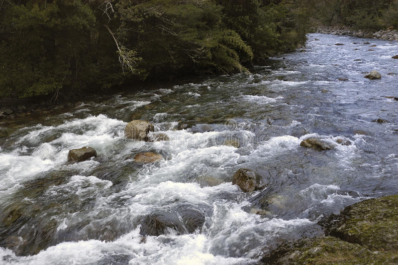 Fluss in den Bergen lizenzfreie stockfotografie