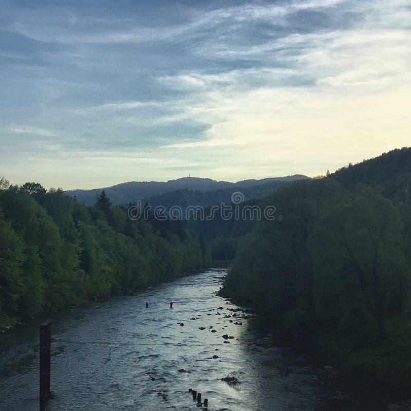 Download Fluss in den Bergen stockbild. Bild von blau, himmel - 96929321