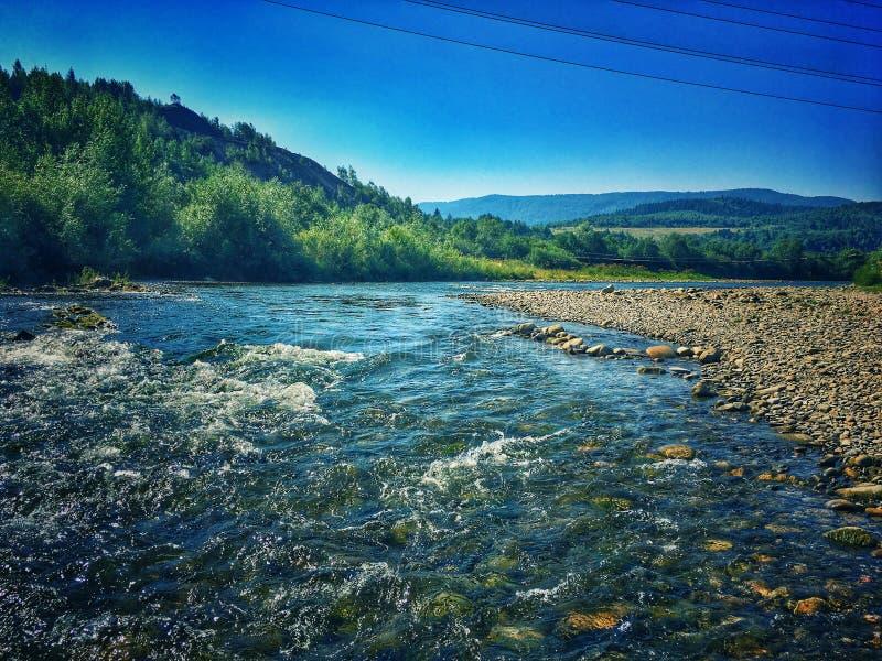 Fluss in den Bergen stockfoto