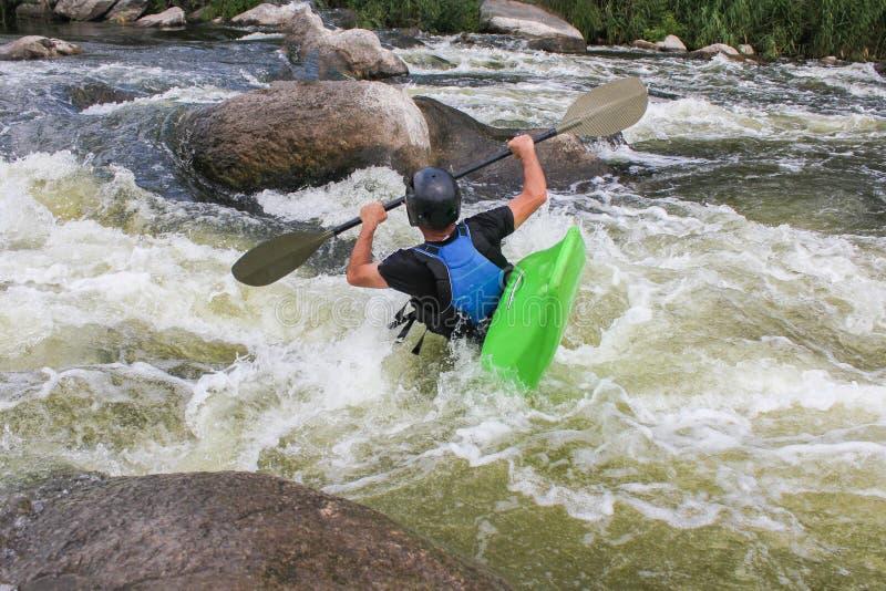 Fluss, der als Extrem- und Spaßsport Kayak fährt lizenzfreie stockfotos