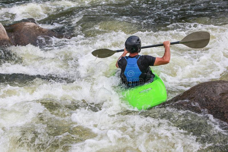 Fluss, der als Extrem- und Spaßsport Kayak fährt stockfotos