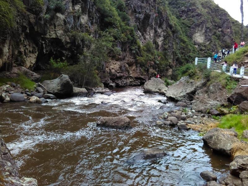 Fluss, der in eine horizontale Richtung mit den Felsen umgeben sie läuft stockbild