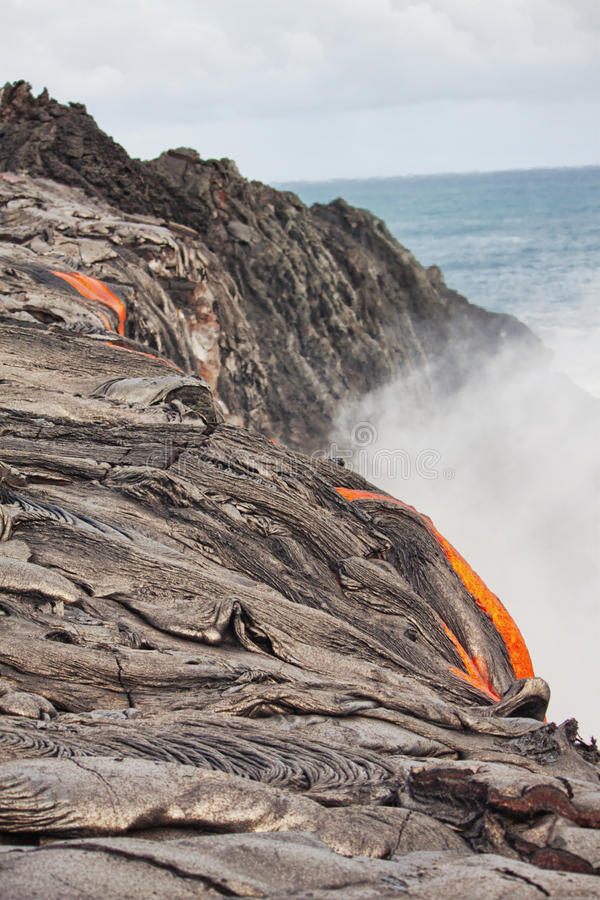 Fluss der glühenden Lava stockbilder