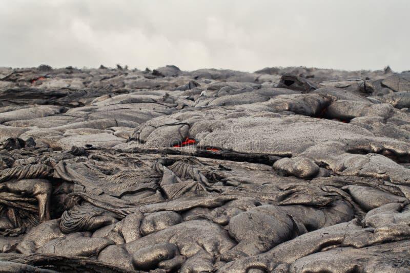 Fluss der glühenden Lava stockfotos