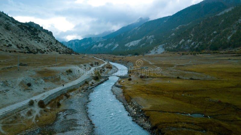 Download Fluss In Der Himalajastrecke Nepal Von Der Luftansicht Vom Brummen Stockfoto - Bild von expedition, höhe: 106800444