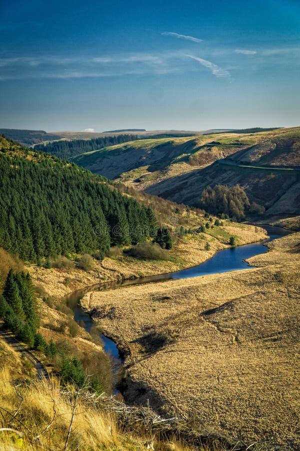 Fluss, der in Llyn Brianne Reservoir führt lizenzfreie stockfotografie