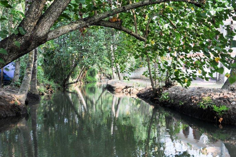 Fluss der Stauwasser bei Kollam stockfoto