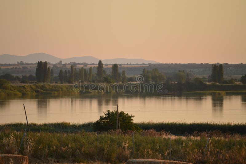 Fluss der Tajo bei Sonnenuntergang mit den Bäumen reflektiert im Erbe Am 15 Las Herencias, La Mancha, Spanien Toledos, Kastilien  lizenzfreie stockfotografie