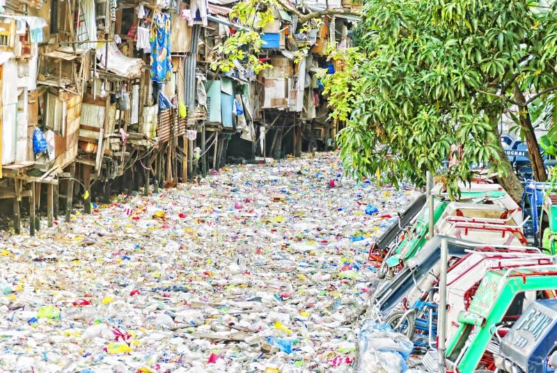 Fluss des Abfalls stockbilder