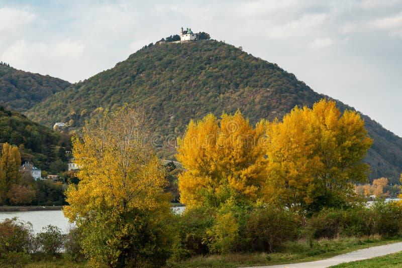 Fluss Donau und Leopoldsberg an einem bewölkten Herbsttag stockfotografie