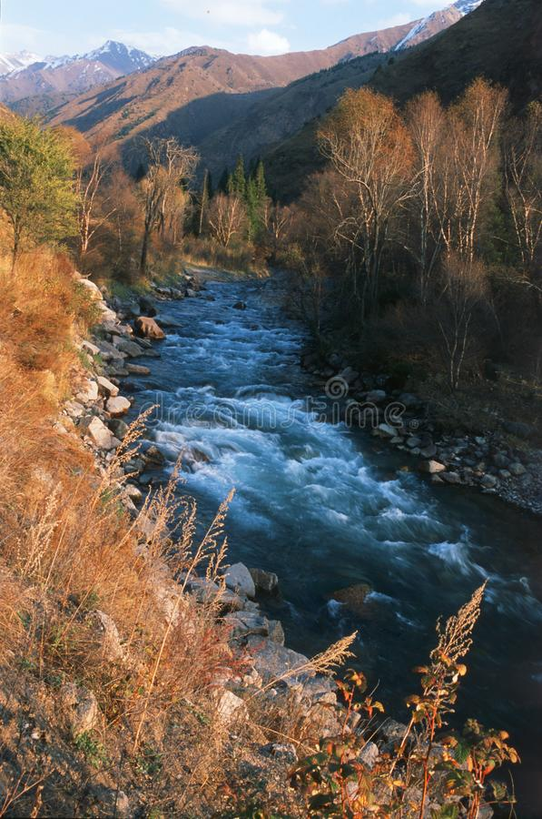 Fluss durch Berge stockbilder