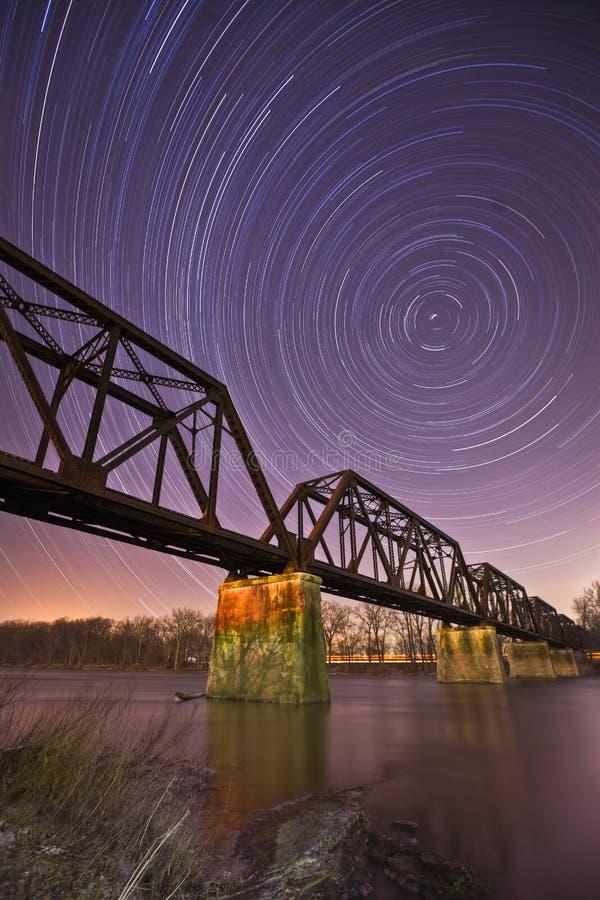 Fluss durch die Nacht lizenzfreie stockfotos