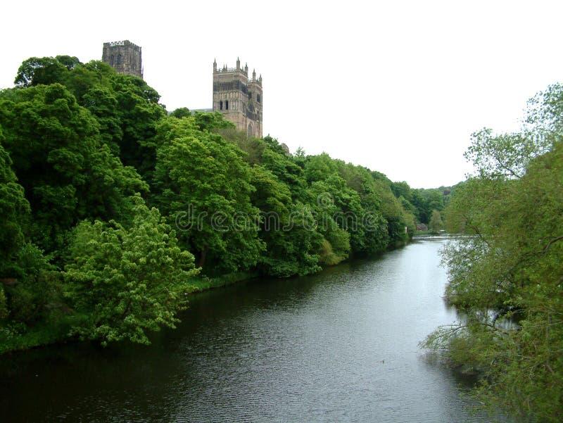 Fluss durch Durham-Kathedrale stockbild